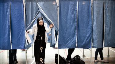 Sofavælgerne udgør op til ethvert valg et særligt interessant segment for politikerne, idet de kan afgøre udfaldet af valget. Nu opfordrer filosoffen Søren Mau i en ny bog til, at vi ændrer demokratiet ved ikke at gå hen og stemme.