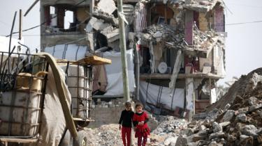 To palæstinensiske piger vandrer rundt i ruinerne i går i deres by Jejaiya i Gaza, som blev sønderbombet af israelske præcisionsbomber under 50 dages krig mellem Israel og Hamas i 2014. Mindst 2.510 indbyggere blev dræbt og 11.000 såret i Gaza. 71 israelere blev dræbt.
