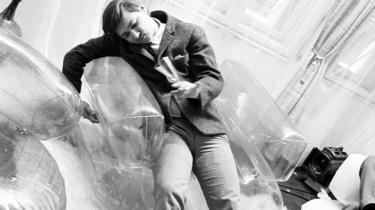 Rainer Werner Fassbinder havde en sjælden arbejdsmoral og disciplin og instruerede mere end 40 spillefilm, tv-film og tv-serier inden sin død i 1982. Men han levede et kaotisk liv, fortæller Christian Braad Thomsen om sin ven: 'Om aftenen og natten var alt skænderier og slagsmål, om dagen lavede han film'.