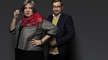 Værten Kirsten Birgit Schiøtz Kretz Hørsholm sætter ofte den lidt mere besindige redaktør, Rasmus Bruun, på plads som en sandhedsfornægtende fjende af ytringsfriheden i satireprogrammet Den korte radioavis.