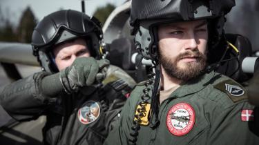 Pilotaspiranten LOS (t.th.) gør klar til selv at skulle på vingerne for første gang i et af forsvarets 'træningsfly'. Han store drøm er at få lov at bryde lydmuren i et F-16 fly.