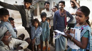 Shraddha Bhaskar har sig selv, sin blok og en cykel som vigtigste arbejdsredskaber, når hun skal rundt i landsbyerne for at skildre, hvad der foregår.