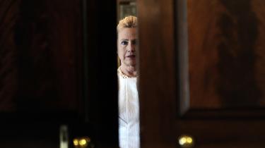 Havde Hillary Clinton levet i et samfund, hvor kvinder og mænd havde lige adgang til politiske embeder, kunne hun være blevet præsident uden den støtte og berømmelse, hendes ægteskab med Bill Clinton har givet, siger professor