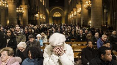 Sørgende franskmænd holder ét minuts stilhed i Notre Dame efter terrorangrebet mod Charlie Hebdo. Frankrig har et generelt problem med rekruttering af terrorister, og de nyeste tal viser, at flere kvinder end mænd forlader Frankrig for at tilslutte sig jihad.