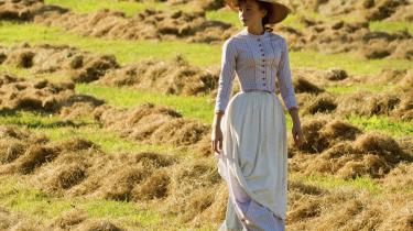 Carey Mulligan spiller Everdene med stort lune og realiserer et facetteret portræt af en kvinde, der kæmper med de impulser og drifter, som interfererer med hendes frihedsprojekt.