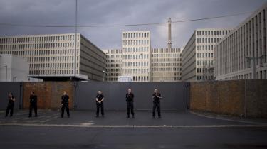 Den tyske efterretningstjenestes hovedkontor i Berlin har givet den amerikanske sikkerhedstjeneste NSA adgang til bl.a. europæiske politikeres telefonsamtaler og emails. Billedet her er fra juli måned 2013, hvor 'Digital Society' demonstrerede imod efterretningstjenestens overvågning.