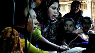 En rohingya-familie taler med slægtninge i udlandet over Skype   i en af internetcafeerne i Thae Chaung-flygtningelejr.