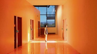 Frank Gehry har designet Mark Zucker-bergs gigantiske nye virksomhedskompleks, der hylder fællesskab og forbundethed i arbejdsmiljøer – med rulleskøjtepark og chikt og råt industri-look