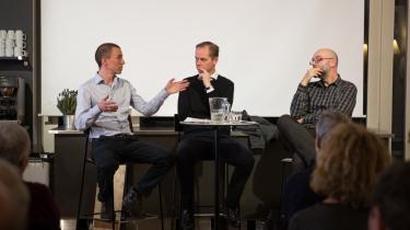 Aktivismeforskeren Silas Harrebye (t.v.) understreger, at de nutidige modstandsbevægelser er løsere organiseret og mindre ideologiske end Besættelsens. Debatmødets leder, Informations chefredaktør Christian Jensen (i midten), og historikeren Joachim Lund er lyttende.