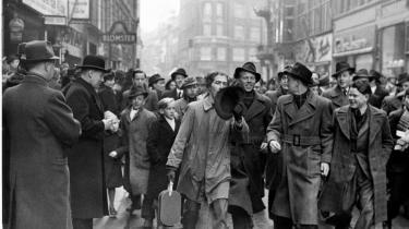 En langhåret swingpjatte jages på Strøget af en flok lystne københavnere. Det ender med, at politiet anholder ham. Dog ikke for nogen forbrydelse, men for at opløse mængden. Billedet er dateret august 1942, men påklædningen tyder på en koldere årstid.