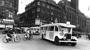 De Hvide Busser, som bragte danske kz-fanger hjem fra deres fangenskab i Tyskland, ses her på Rådhuspladsen i København
