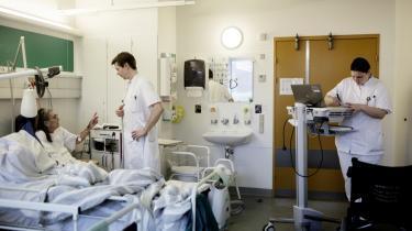 'Vi tager skarp afstand fra, at man tænker et menneskeliv i kroner og ører. Hvis du som borger i Danmark ikke kan stole på, at du som patient får den bedst mulige behandling på sygehuset, er det et afgørende svigt i det sundhedssystem, vi kender og har tillid til,' siger Lars Engberg, der er formand for Danske Patienter.