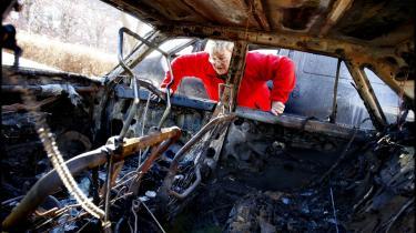 I 00'erne brændte ukendte gerningsmænd flere gange biler af. Her ses resterne af en Toyota Carina på Kornblomstvej på Amager.