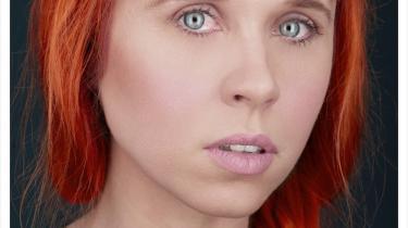 Det britiske elektroniske band Hot Chip og den amerikanske laptop-komponist Holly Herndon (billedet) bruger begge distance for at pointere samtidens ikke-nærvær. Det fungerer, men sine steder næsten for godt: Hot Chip får problemer med indlevelsen og bliver derfor lidt kedelige, og Herndons  distance fylder så meget, at man kan trættes og længes efter en genkendelig følelse.