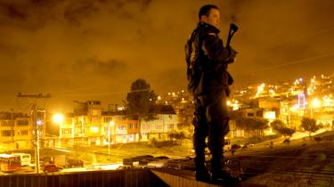 Ingen har overblik over, hvor mange der bor i Bogotás slum. Men i gaderne, hvor folk har bygget et hjem på flugt for krigen, forsøger civilsamfundet at opbygge et alternativ til volden i et af verdens mest voldelige områder.