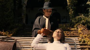 Sidse Babett Knudsen spiller hovedrollen som sommerfugle- og møleksperten Cynthia, der indgår i et stadig mere frustreret drænende S/M-forhold med Evelyn (Chiara D'Anna).