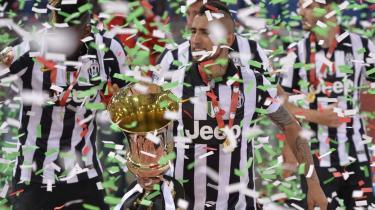 Chilenske Arturo Vidal jubler med trofæet i hånden, efter Juventus besejrede Lazio i Coppa Italia-finalen onsdag aften.