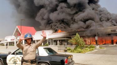 Forholdene har ændret sig siden 1992, da dele af Los Angeles eksploderede i raseri over frifindelsen af de LAPD-betjente, som havde gennemtævet den sorte taxachauffør, Rodney King. Arkiv