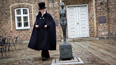 Jens Otto Nystrup, her iført sit oldermankostume, fra lauget 'Marens Venner' er begejstret for Giacometti-skulpturen i Holstebro. Så begejstret, at han har skrevet en sang til hende.