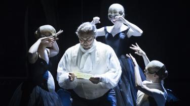 Balletdansere med gravide maver symboliserende operaens knast, Henri, Montforts søn.