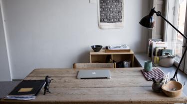 Hvordan indretter forfatterne sig, når de skriver? Hvilke genstande omgiver de sig med, og hvordan ser der i det hele taget ud der, hvor værkerne skrives? Hver uge viser vi en dansk forfatters skrivebord