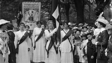 Kvindernes grundlovsoptog løb med overskrifterne i 1915, hvor mange tusinde danske kvinder klædt i hvidt gik med faner og røde skærf mod Amalienborg i andledning af valgretten. 100 år senere står kvindetoget stadig som symbol på indførelsen af moderne demokrati i Danmark.