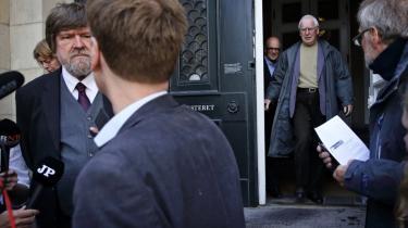 Dom i Højesteret i Dragsdahl-Jensen sagen. Historiker Bent Jensen og journalist Jørgen Dragsdahl med sin advokat René Offersen efter domsafsigelsen.