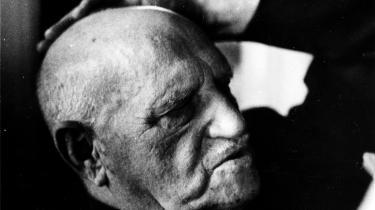 Læserens sanser og indre øren belønnes med deciderede spændingsforhold under den både dvælende og hårde rytmik i genoptrykket af Albert Dams roman 'Så kom det ny brødkorn'.