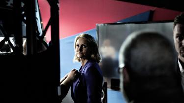 Helle Thorning-Schmidt (S) i tv-studiet umiddelbart inden sendestart på Christiansborg Slotsplads, hvor hun skulle i duel med Løkke Rasmussen (V). Meningsmålinger flere gange om dagen fokuserer på, at enten har blå eller rød blok overtaget.