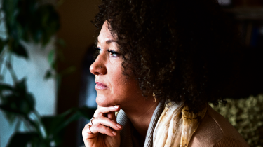 Rachel Dolezal, lokalformand for NAACP, er kommet i modvind, fordi hun har udgivet sig for at være farvet. Men mange unge amerikanere kan slet ikke se problemet. De synes mere at ønske sig en tilstand, hvor race betyder mindre, og hvor man kan lege med identiteter, som man nu har lyst til. Som stand-up komikeren Amy Schumer skrev: 'Hvad! Må vi nu ikke være sorte længere?'.