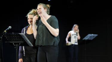 Tre kvinder og tre mikrofoner – og så kom verden og publikum på stikkerne under Husets Teaters vellykkede reading af 'Og nu: Verden!'. Her er det skuespilleren Nanna Cecilie Bang, der får en kort optur, mens Stine Gyldenkerne smiler – og Christine Sønderris gør klar til næste kvindeangreb i baggrunden.