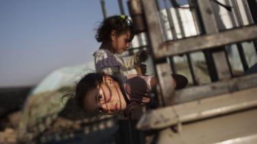 To piger på taget af en pickup på vej mod landsbyen. Selv om palæstinensernes liv i omfrådet gennem århundredere er dokumenteret, vil besættelsemagten smide Khirbet Susiyas beboerne ud.