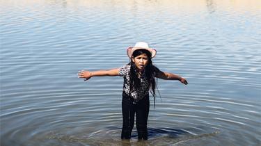 Vandmanglen i Californien har fået guvernøren til at indføre restriktioner og flere til at fryde sig. Skyldes det klimaforandringer, industrilandbruget eller er folk selv ude om det? Diskussionen har bevæget sig ind i den amerikanske litteratur