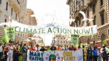 I søndags marcherede religiøse ledere fra den katolske kirke sammen med muslimer, jøder, hinduer og tusinder af miljøbekymrede aktivister og borgere gennem Rom til Peterspladsen, hvor pave Frans hilste dem.
