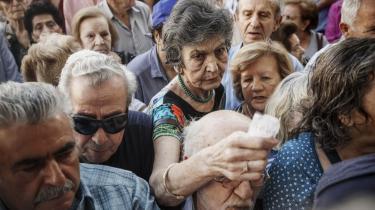 Pensionister stod tæt pakket foran en bank i Athen i går, inden bankerne åbnede og gav dem, der ikke har noget hævekort, mulighed for at hæve op til 120 euro i kontanter.