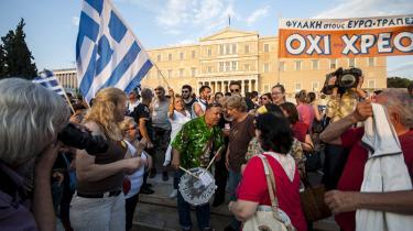 Grækere samlet udenfor det græske parlament for at demonstrere for et nej ved søndagens planlagte folkeafstemning i Grækenland om et ja eller et nej til spare- og reformkravene fra landets kreditorer i den såkaldte trojka: EU-Kommissionen, Den Europæiske Centralbank og Den Internationale Valutafond