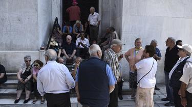 Pensionister afskæres fra deres pensioner, usikkerheden tager til og kapitalkontrollerne i landet kan ende med at lægge det græske erhvervsliv ned og sende endnu flere ud i arbejdsløshed