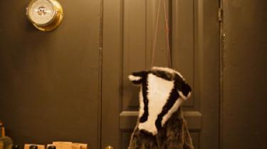 Spiritusbutikken Den Sidste Dråbe byder kunden op til en dans med ens indre bjørn, hjulpet på vej af vodka og andre korttidslagrede spiritusvarianter.