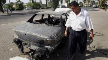 En irakisk betjent inspicerer en bil, som er blevet beskudt af det kontrovelsielle priviate sikkerhedselskab Blackwater: Nye oplysninger om Forsvarets 'aftale' med Blackwater viser ifølge flere politikere, at Irakkrigen endnu ikke er tilstrækkeligt belyst.