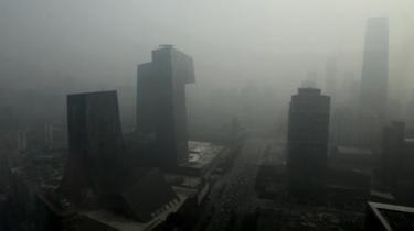 Tusinder af kinesere blev sidste år arresteret for overtrædelse af landets miljølovgivning. Det er en mangedobling på bare ét år og endnu et tegn på, at Beijing er begyndt at tage den massive forurening alvorligt