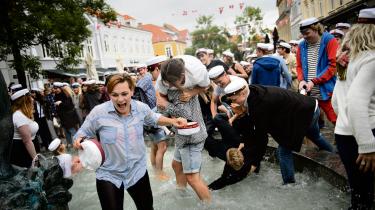 Når studenterne i Sønderborg afslutter deres sidste eksamen med et 12-tal, ryger de en tur i springvandet på gågaden. Dagens kronikør er træt af, at de kvindelige studerende med høje karakterer ofte omtales som 'perfekte piger' med lavt selvværd, der higer efter anerkendelse.