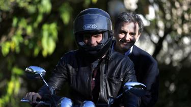 Yanis Varoufakis (t.v.) trådte i går overraskende tilbage som finansminister i Grækenland. Han bliver afløst af sin hidtidige viceudenrigsminister Euclid Tsakalotos (t.h.), der også har været forhandlingsleder for grækerne i forhandlingerne med EU om en ny låneaftale