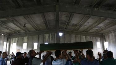 Ofre for Srebrenica-massakren stedes til hvile under en kollektivt begravelsesseance efter at være blevet dna-identificeret fra en massegrav. 20 år efter massakren på de ca. 8.000 muslimske indbyggere, er den stadig et kontroversielt emne.