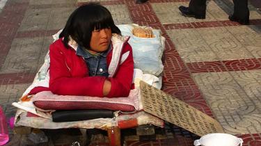Det går langsomt fremad for udviklingshæmmedes forhold i Kinas største byer. Men ude på landet og i mindre udviklede byer bliver de fortsat ofte lænket og holdt i bure, solgt som slaver og mishandlet til døde i statens varetægt. En 13-årig drengs død sætter nu fokus på myndighedernes ansvarsforflygtigelse