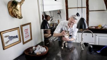 Danskerne bruger rekordmange penge på deres kæledyr. Det ved de på dyrehospitalet på Frederiksberg, hvor to af de faste gæster er Hans Jørgen Fisker og hans kat Fjodo, som har sukkersyge. Og så er der en vildkat i kvarteret, som efterhånden har kostet ham en del tusinde kroner