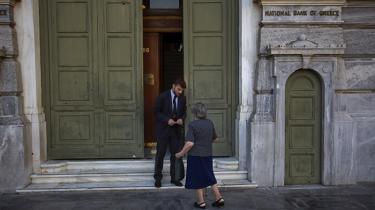 En pensionist uden for den græske nationalbank forsøger at få lov til at hæve penge. Fremtidsudsigterne for Grækenlands pensionister, der er blevet hårdt ramt af gældskrisen, ser ikke lysere ud efter aftalen med EU
