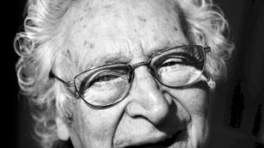 Skuespiller, pianist og entertainer Simon Rosenbaum døde i går, 89 år, oplyser familien til Ritzau