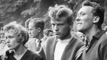 Journalist og forfatter Ejvind Larsen fortæller om, hvordan han som ganske ung blev ansat på Information som politireporter. Om det store skifte i  1950'erne, hvor Danmark gik fra fattigdom til velstandssamfund, og om hvordan han finder en plads i Tidehverv