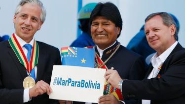 Bolivia mistede i 1883 efter en krig med Chile sin adgang til Stillehavet, men forsøger nu at omgøre den gamle grænsetraktat ved domstolen i Haag. Landets præsident, Evo Morales, (i midten)står med et skilt med ordene 'Hav til Bolivia' på den nationale festdag Havets dag den 23. marts sammen med vicepræsidenten (t.h.) og senatets formand.