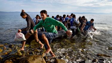 En rejse over Middelhavet til Italien koster omtrent 10.000 kroner, og menneskesmuglingen blomstrer, fordi rekordmange mennesker er på flugt. Hvis der var mulighed for at søge asyl på ambassaderne, ville flygtningene kunne rejse til Europa lovligt og i ro og mag, siger forsker